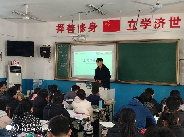 志愿者在安徽省重点中学合肥一六八中学进行招生宣传