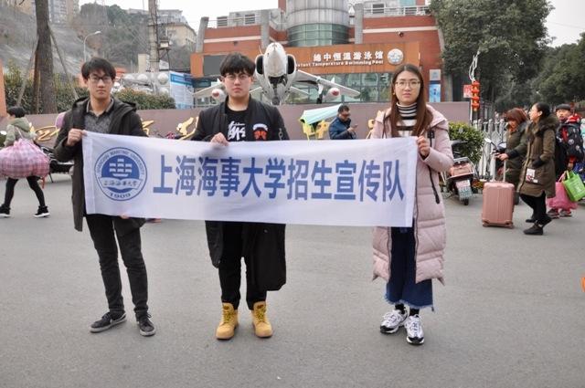 在国家级示范性高中四川绵阳中学也有志愿者的身影