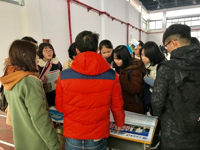 志愿者在广西重点中学桂林市第十八中学进行招生宣传