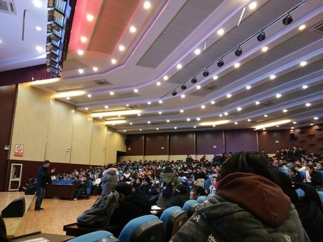 志愿者在安徽省重点中学寿县一中进行招生宣传