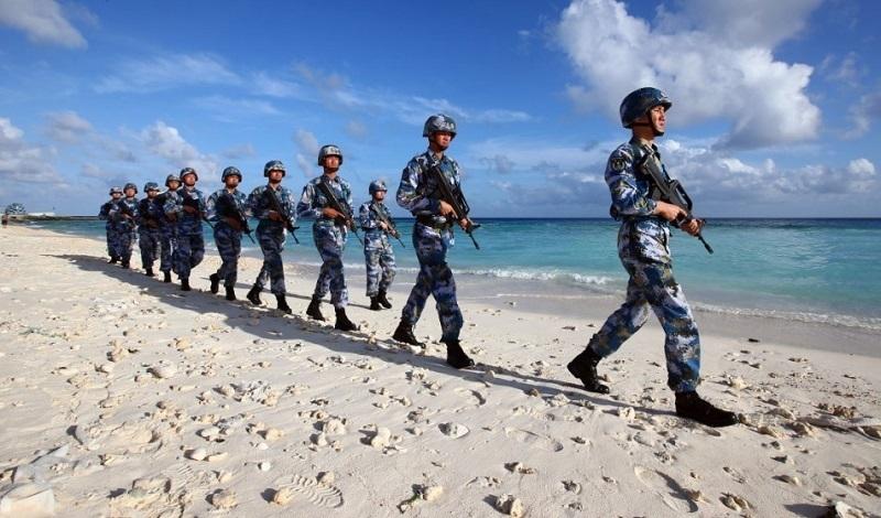 守卫在南沙群岛永暑礁上的海军官兵在沙滩上巡逻,新华社记者 查春明 摄