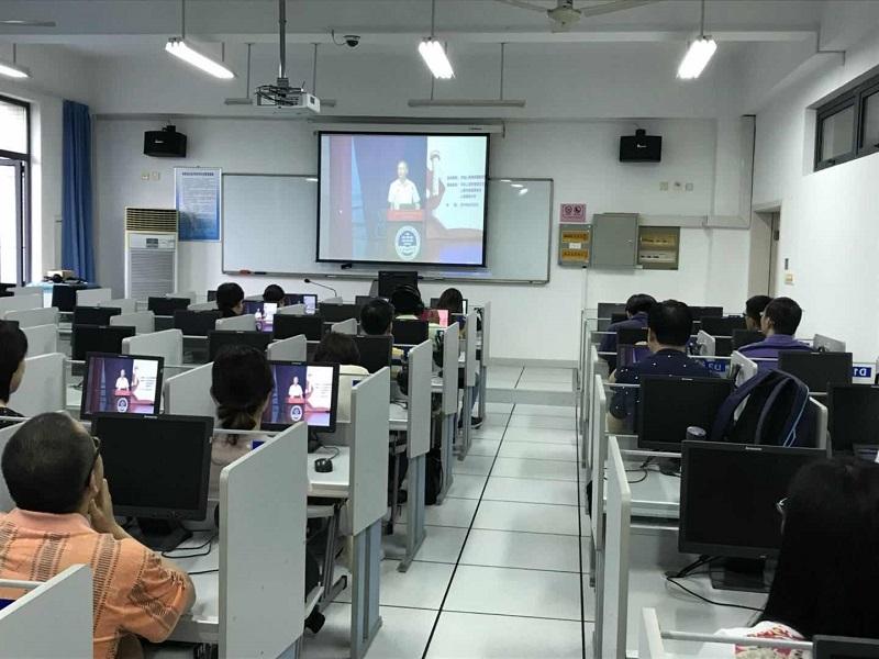 师生们认真观看授课直播