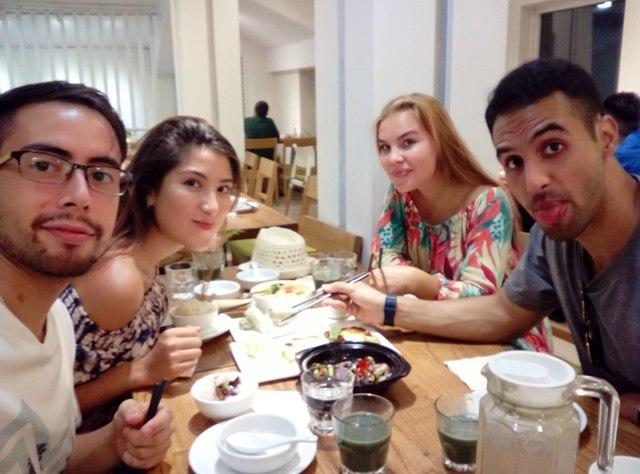 袁超和留学生们在一起吃中国菜