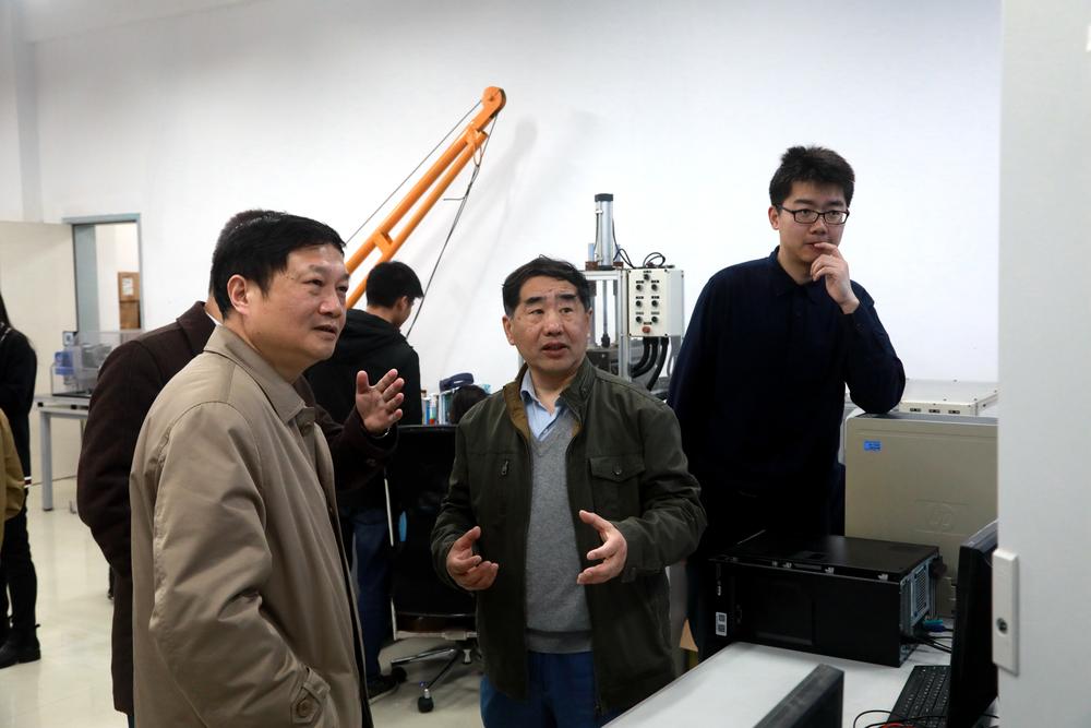 汤天浩教授在实验室
