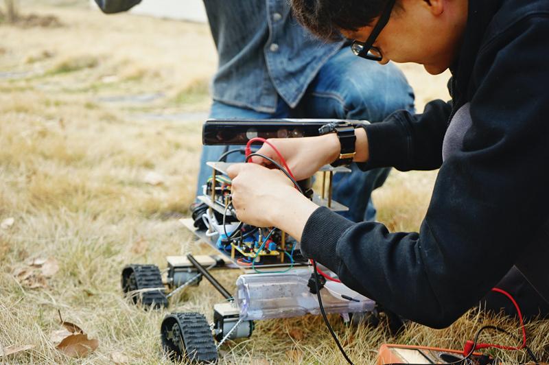 连接电路,对智能检测机器人进行户外测试
