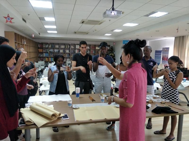刘慧老师在教留学生画国画