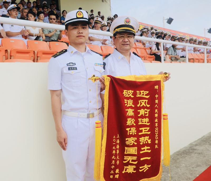宋宝儒书记代表学校向承训部队赠送锦旗