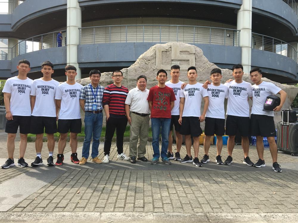 与我校参加中国海员技能比武的学生合影