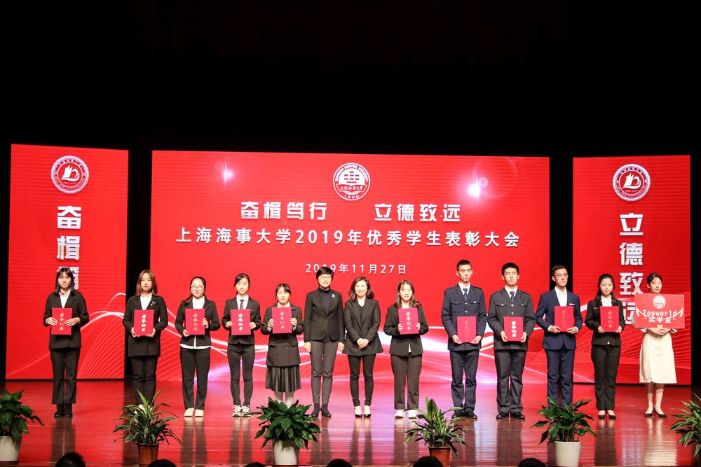 党委副书记贺莉与企业代表共同为获得企业奖学金的学生颁奖