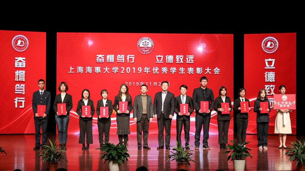 副校长施欣与企业代表共同为获得企业奖学金的学生颁奖