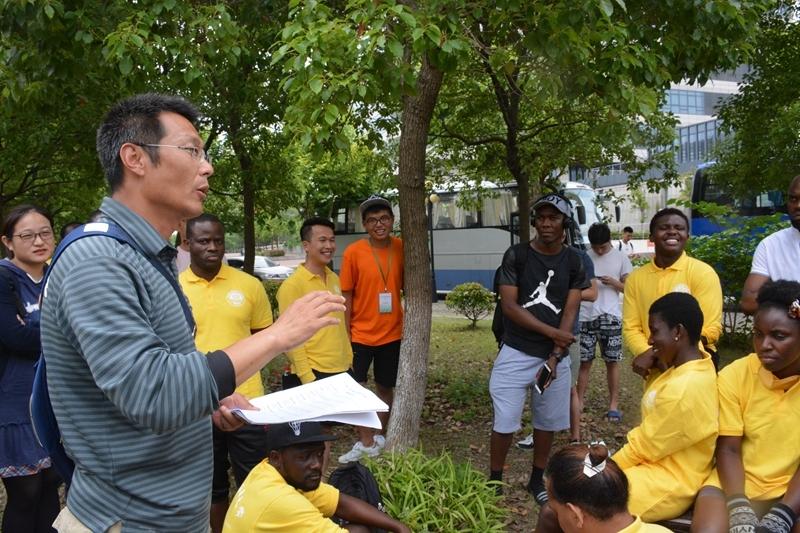 刘涛教练给留学生讲授划龙舟技巧