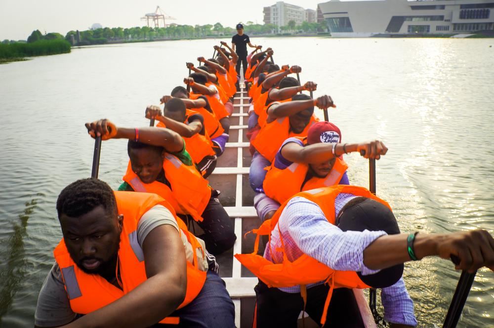 留学生们智慧湖上赛龙舟