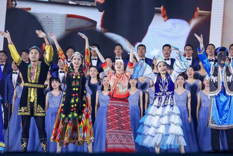 合唱:《破浪向前》演唱:学生合唱团、少数民族学生代表、外国留学生代表