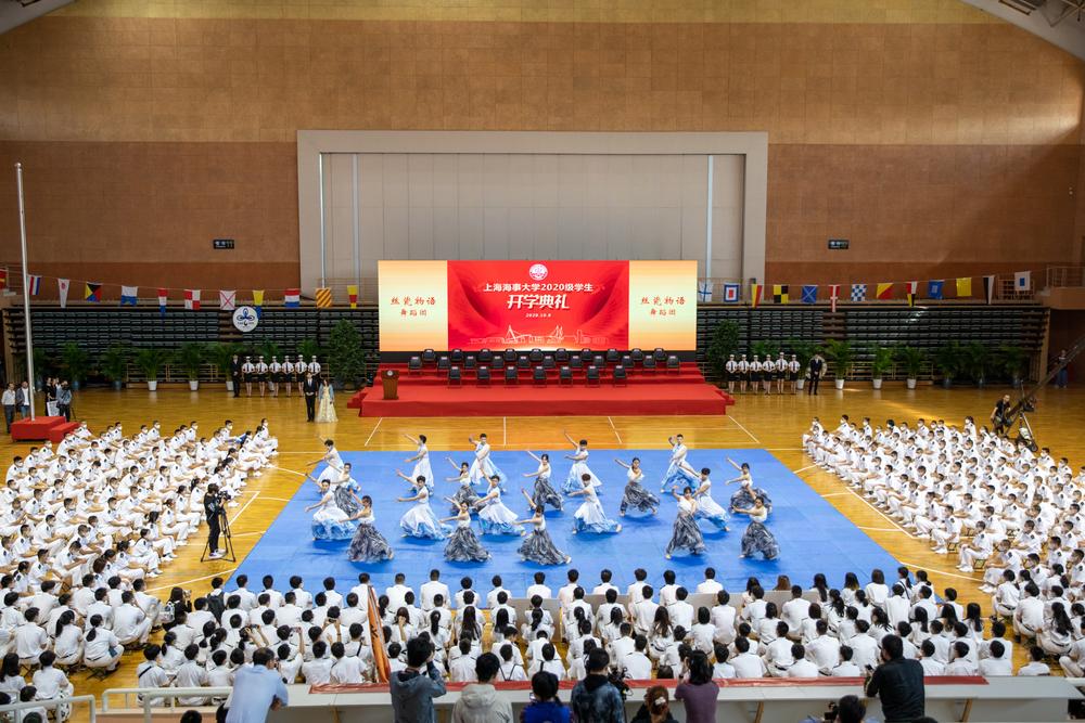 典礼正式开始前,校民乐团、室内乐团、舞蹈团、旗语队、军魂团、健美操队以及武术队献上精彩表演