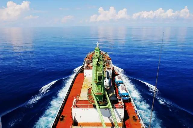"""破浪航行中的""""育锋""""轮,蓝蓝的天,蓝蓝的海,蓝蓝的梦!"""