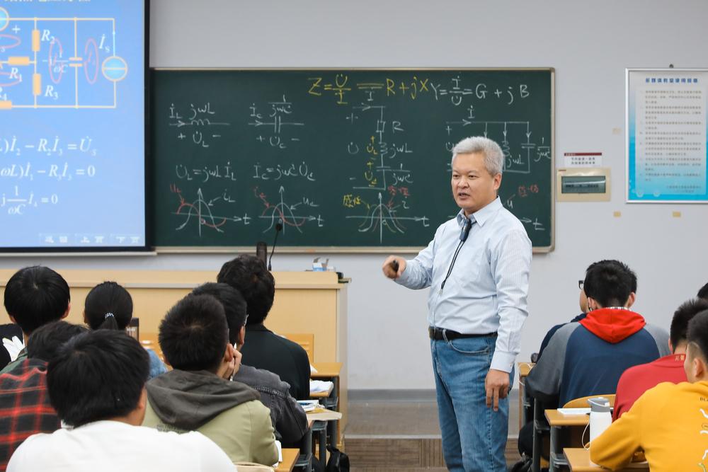 王润新老师在课堂上