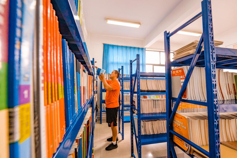 志愿者们整理图书