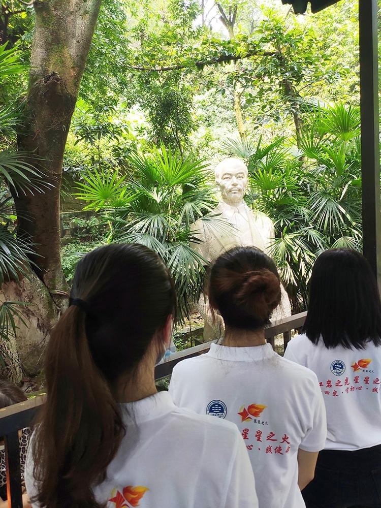 队员们瞻仰周均时校长雕像