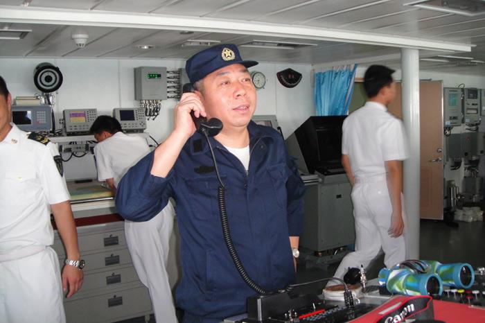 顾维国船长正在指挥被护商船加入我国海军护航编队