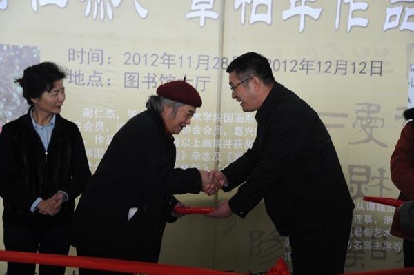 杨万枫副校长为谢仁杰教授颁发证书