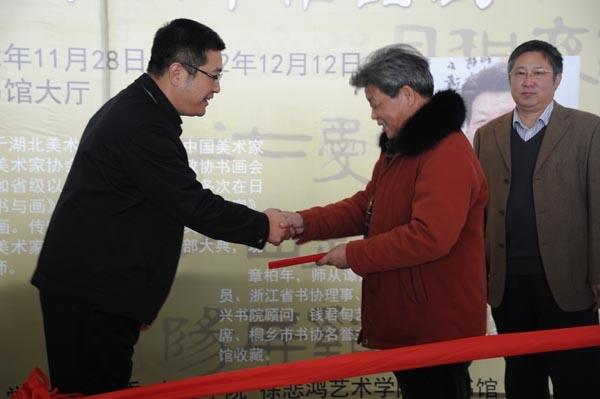 杨万枫副校长为章柏年教授颁发证书