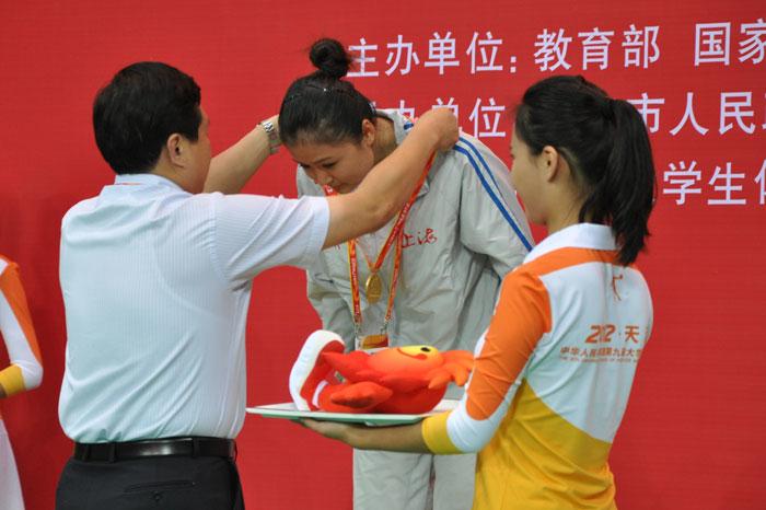 上海市副市长沈晓明为李娜颁奖