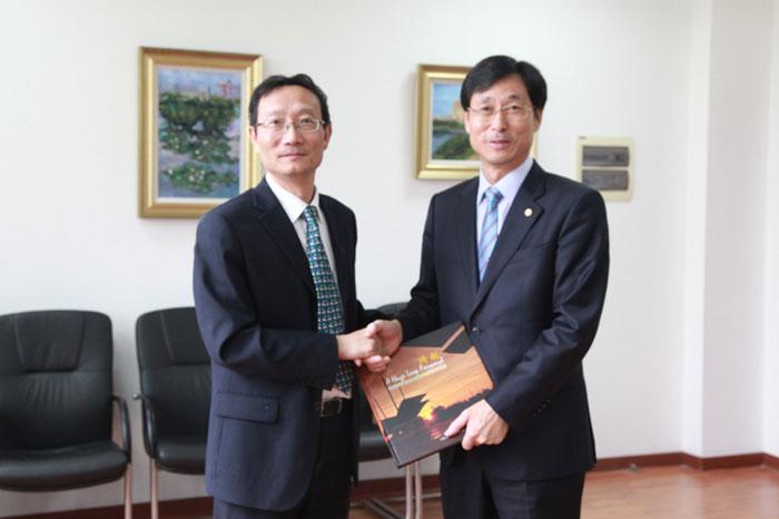 黄有方校长向Park Han-il校长赠送学校画册