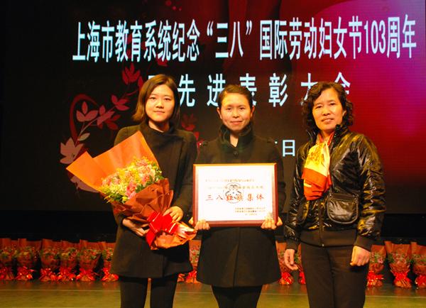 科学研究院朱瑾(左)、信息工程学院马莹(中)、妇委会主任石娟(右)合影
