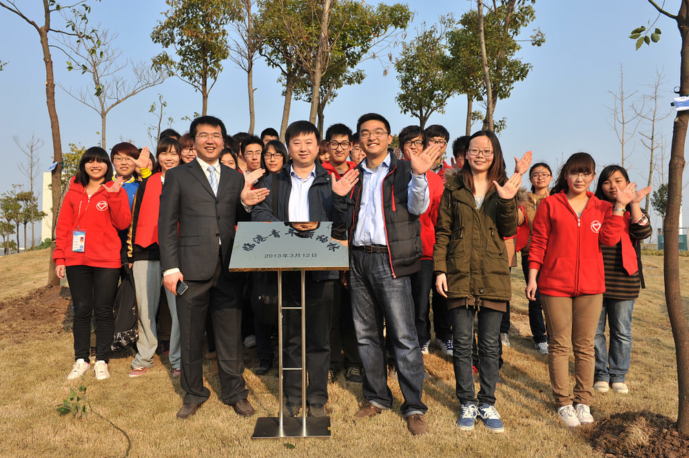 中青报上海站站长周凯、校团委书记杨大刚与我校师生志愿者合影