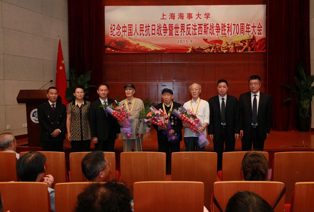 校领导为我校抗战老战士顾计、张锡道、徐明全颁发纪念章