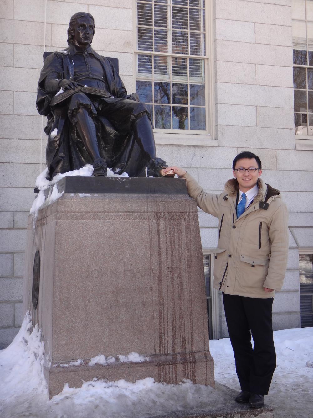 """在""""哈佛""""铜像前留影"""