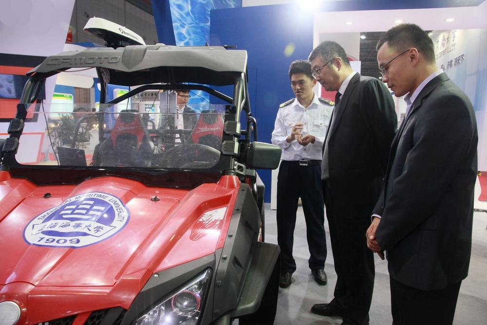 杨万枫副校长就该车技术今后在智能船舶系统上的应用提出要求