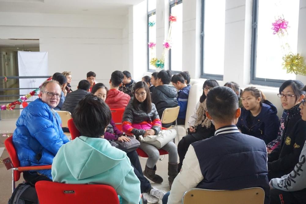 外教与同学们分组练习口语