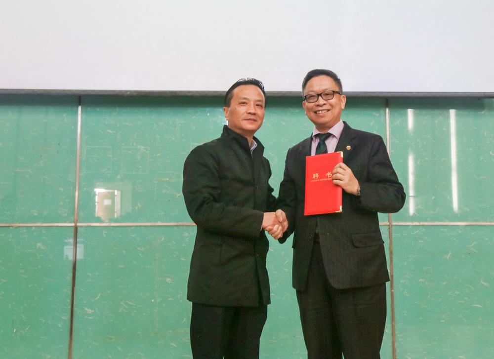 严伟副校长为冯佳培先生颁发客座教授聘书