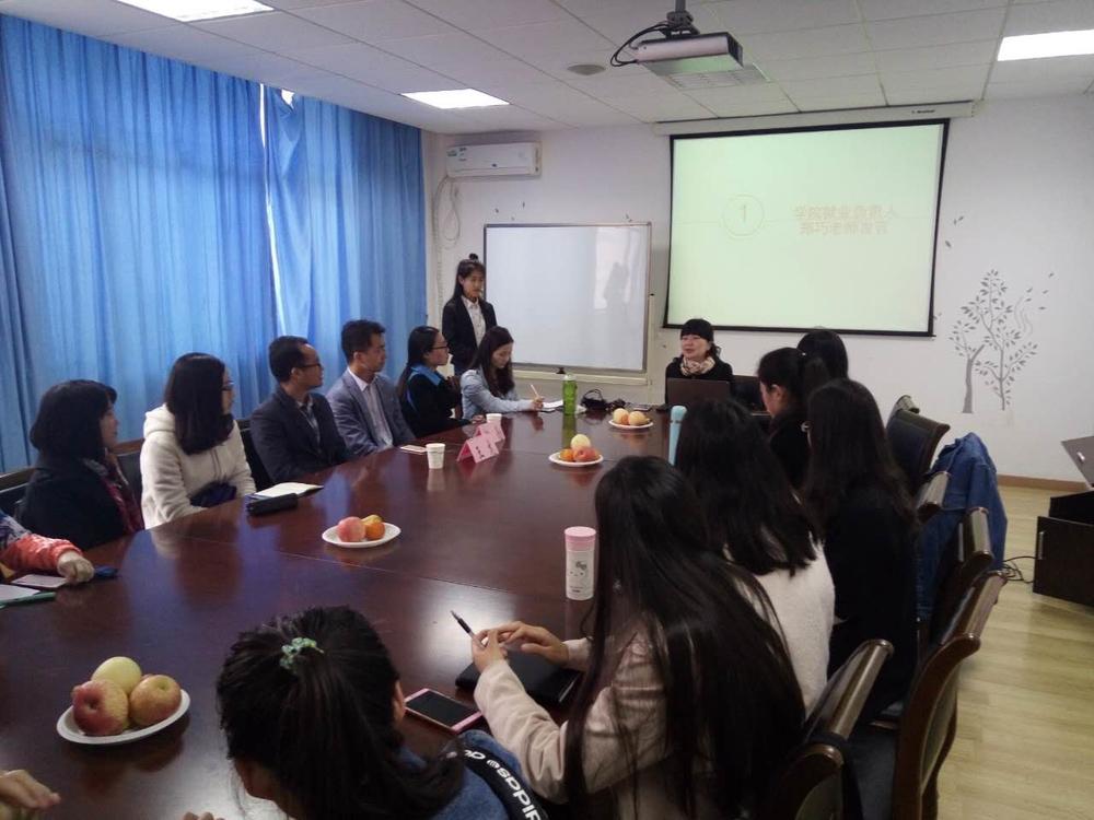 郑巧老师为学生做就业指导