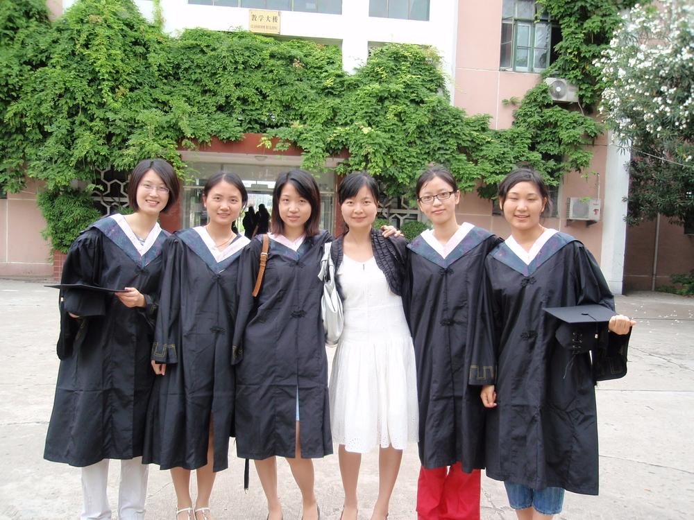 毕业季和同学们合影
