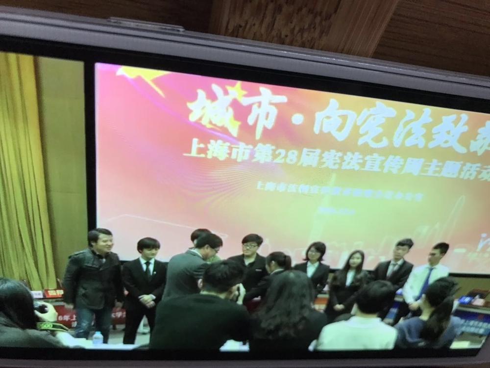 上海市副市长白少康为我校代表队颁奖