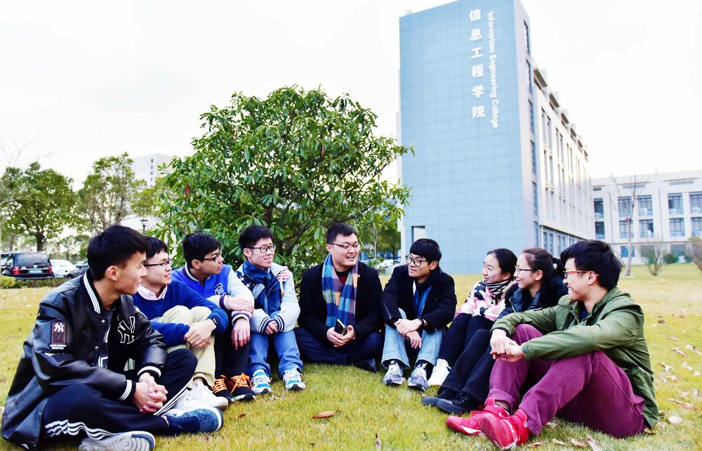 马强老师与学生们在一起交流