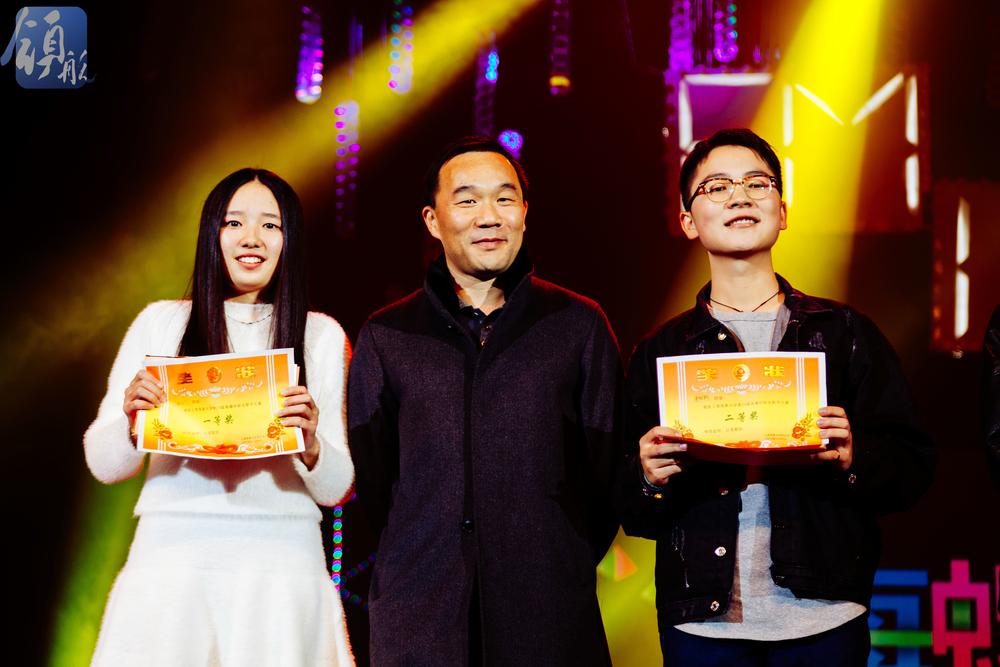 王海威副书记为学生颁奖合影