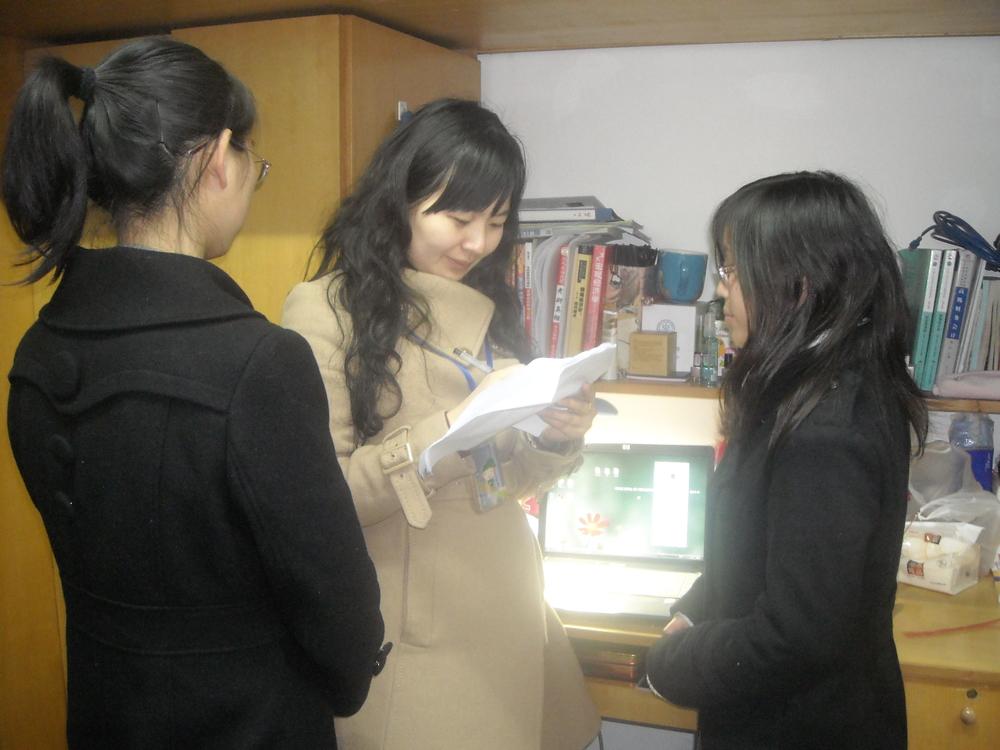 郑巧老师在寝室和同学谈心