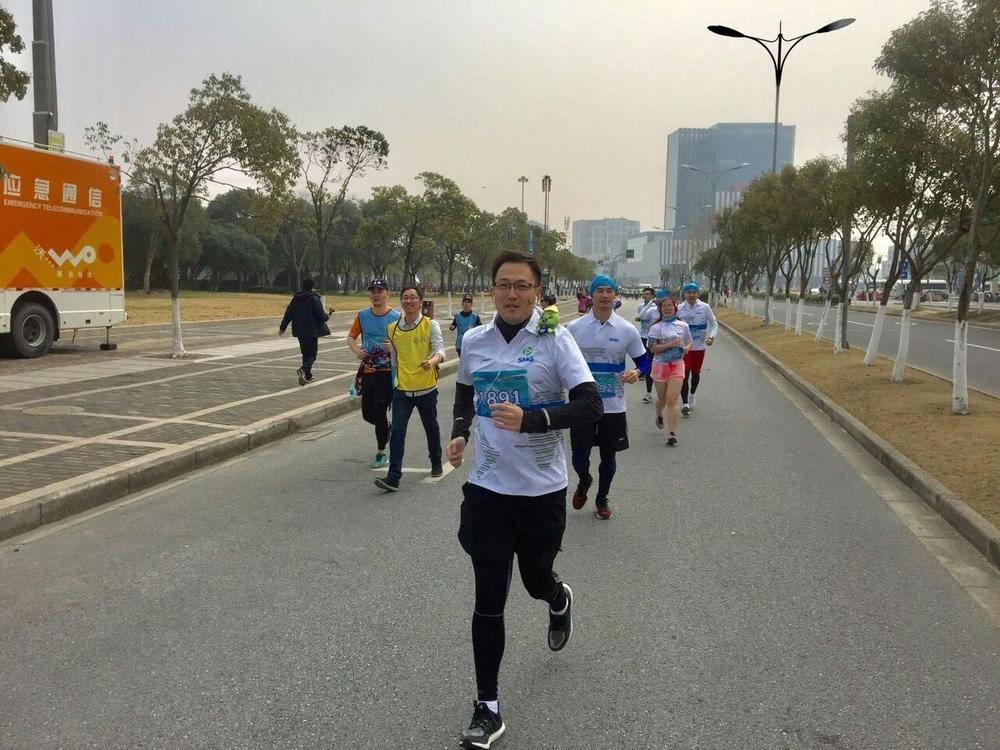 上海电视台主持人臧熹等跑步现场