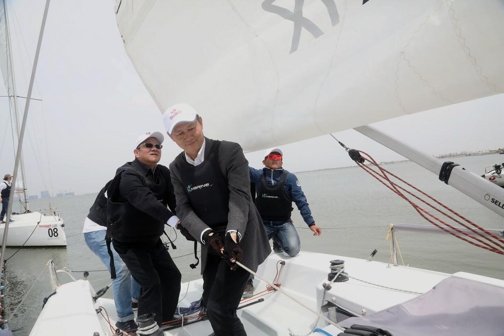 金永兴书记为我校帆船协会首航升帆