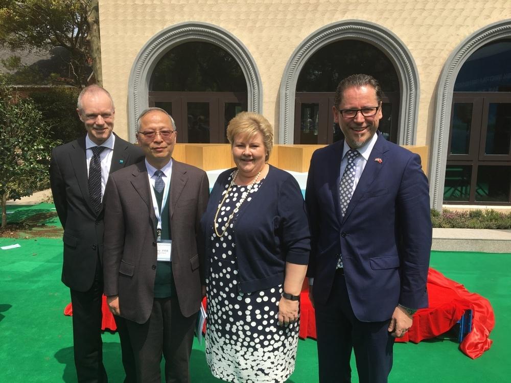 上海国际航运研究中心主任於世成与挪威首相索尔贝格等在一起