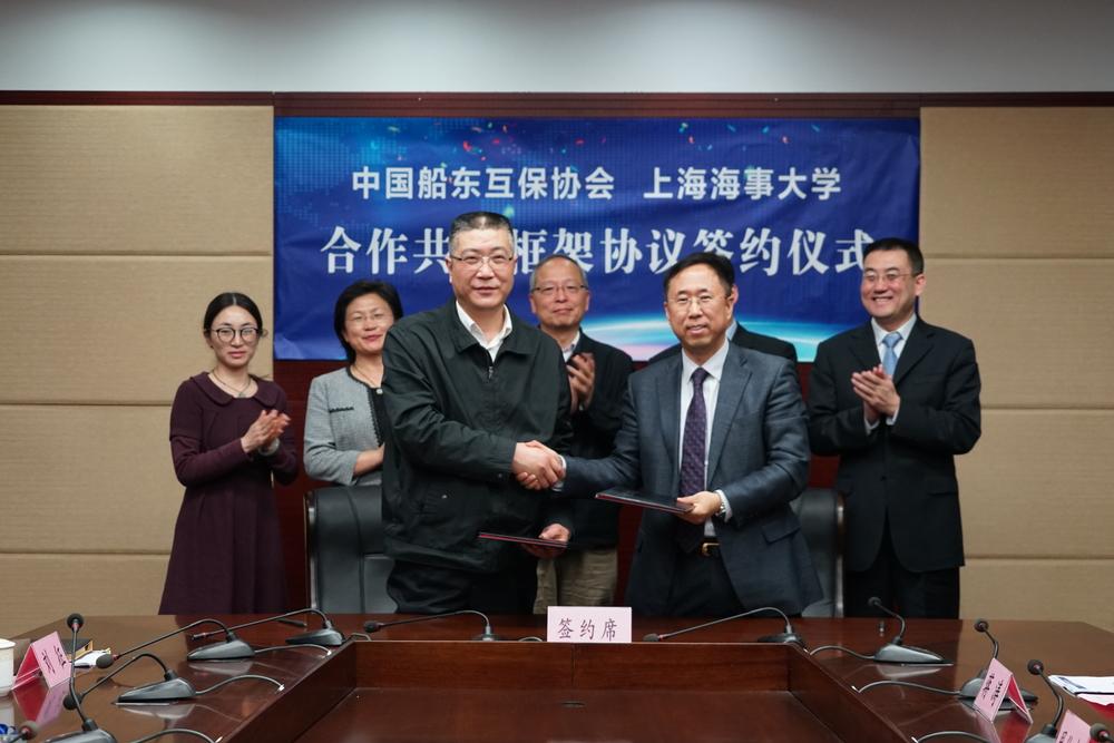 杨万枫副校长、宋春风总经理代表双方签署合作共建框架协议