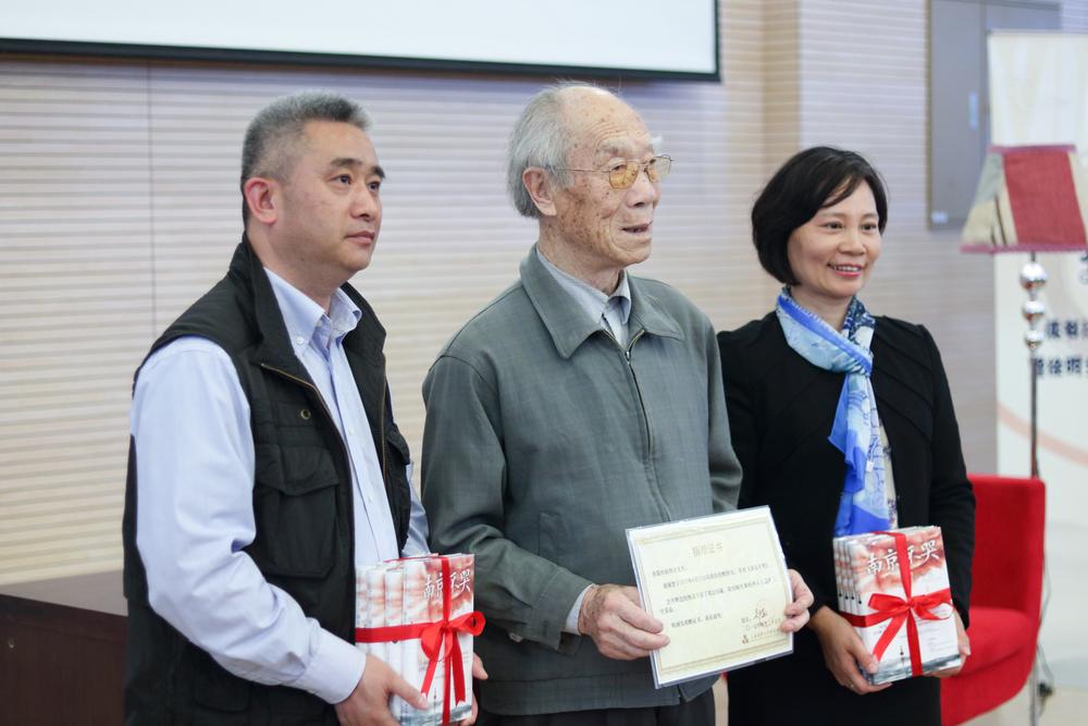 退休教师徐明全向信息工程学院、图书馆捐赠图书