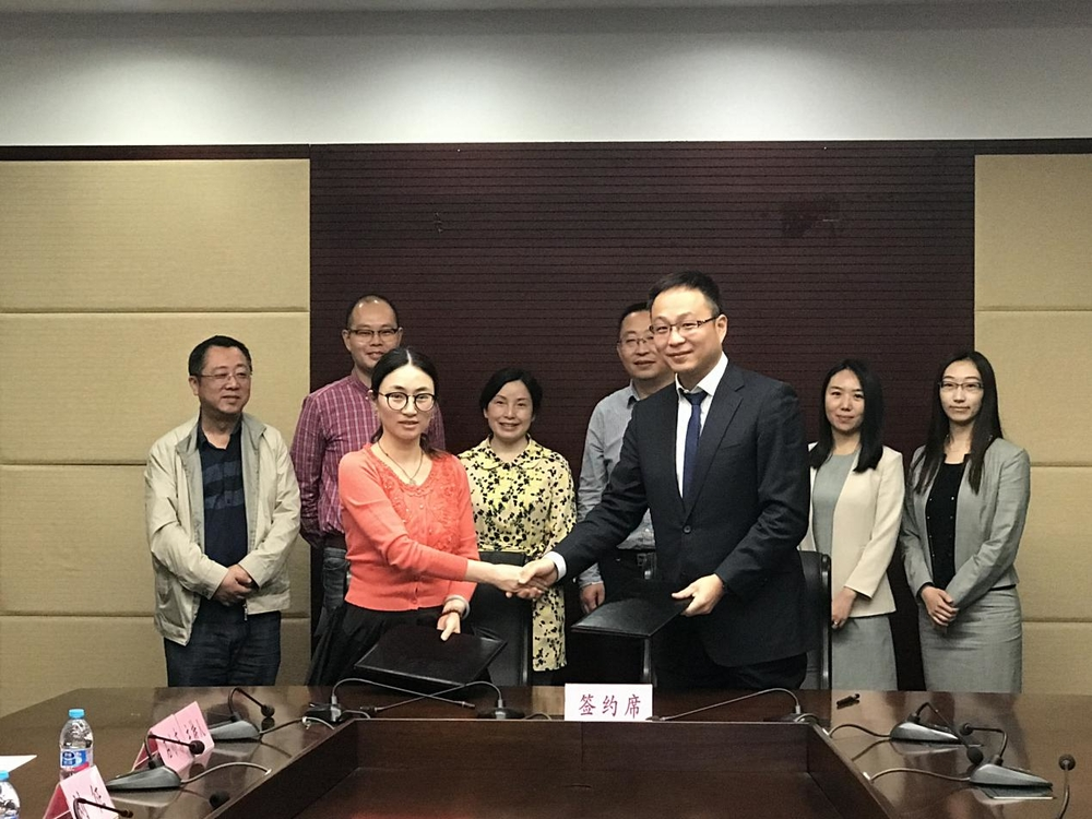 陈柚牧律师与校长办公室副主任刘征共同签署了奖学金捐赠协议