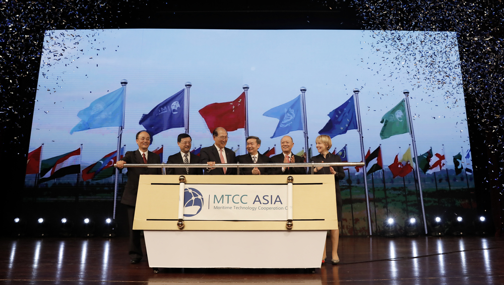 林基泽、何建中、陈寅、徐祖远、许如清、白薇琪等领导共同为上海国际海事亚洲技术合作中心(MTCC-Asia)中心剪彩