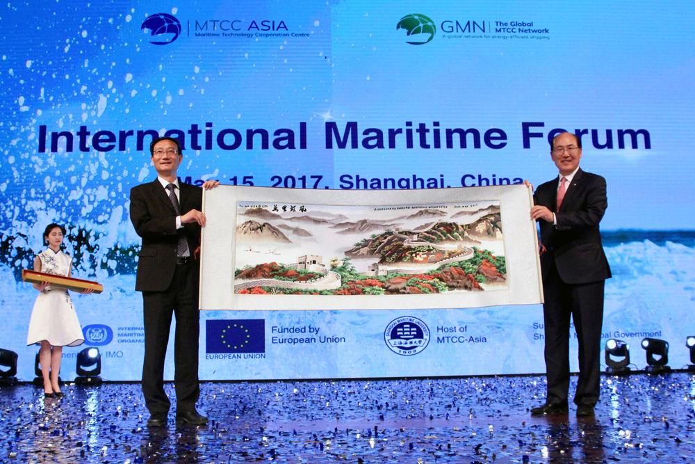黄有方校长代表学校向林基泽秘书长赠送中国画