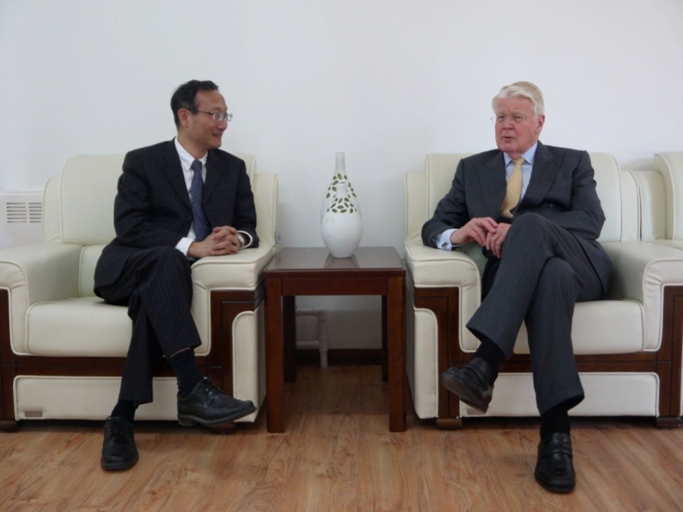 黄有方校长与冰岛共和国前总统格里姆松先生亲切会谈