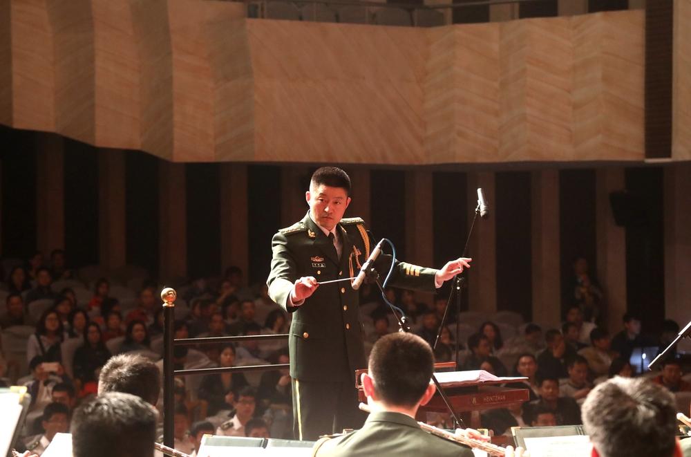 青年指挥家李思成担任音乐会指挥
